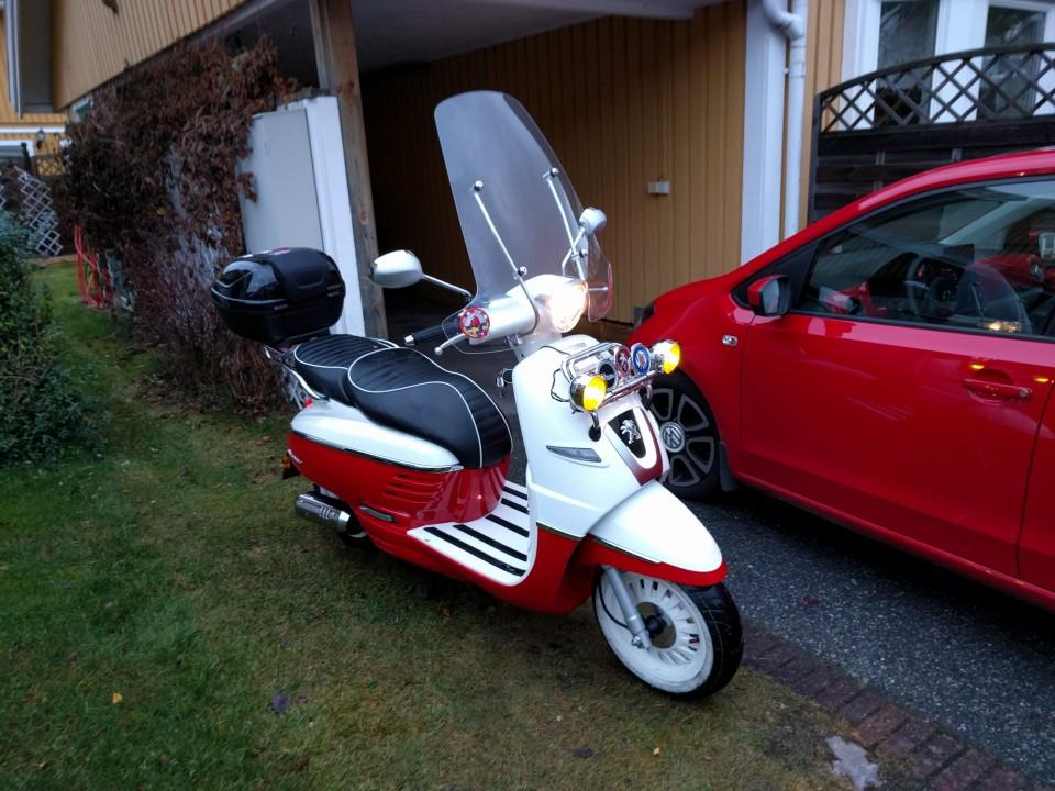 Nytvättad moped och bil